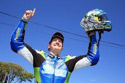 Dean Harrison, celebra ganar la segunda carrera de Supersport