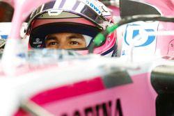 Sergio Perez, Force India, dans son cockpit avec la visière ouverte
