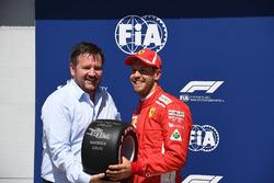 Sebastian Vettel, Ferrari recibe el premio Pirelli Pole Position de from Paul Hembery, Pirelli Motors