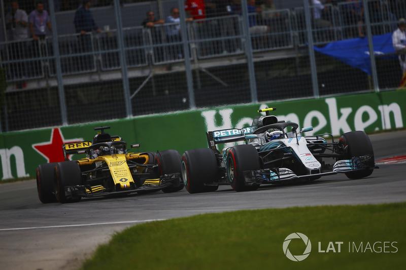 Valtteri Bottas, Mercedes AMG F1 W09, leads Carlos Sainz Jr., Renault Sport F1 Team R.S. 18
