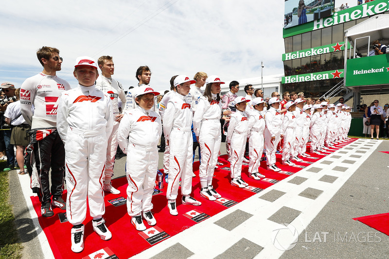 The Grid Kid mascots with the drivers prior to the start