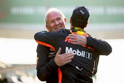 Helmut Markko, Consultant, Red Bull Racing, congratulates race winner Daniel Ricciardo, Red Bull Racing