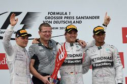 Valtteri Bottas, Williams, Simon Cole, Mercedes AMG F1 Chief Track Engineer, racewinnaar Nico Rosberg, Mercedes AMG F1 en Lewis Hamilton, Mercedes AMG F1 vieren feest