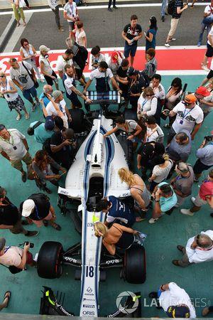 La Williams FW40 avec des fans dans la voie des stands