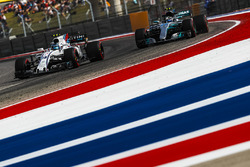 Lance Stroll, Williams FW40 et Valtteri Bottas, Mercedes-Benz F1 W08