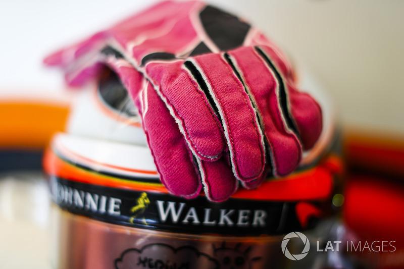 Los guantes y casco de Stoffel Vandoorne, McLaren