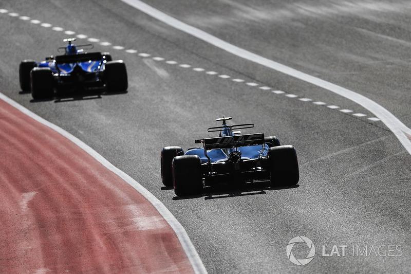 Marcus Ericsson, Sauber C36, Kevin Magnussen, Haas F1 Team VF-17