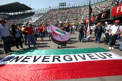 Des fans avec une bannière 'Never Give Up' et un drapeau pour Sergio Perez, Sahara Force India