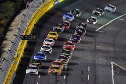 Brad Keselowski, Team Penske, Ford Fusion Discount Tire e Kyle Busch, Joe Gibbs Racing, Toyota Camry M&M's M&M's Red Nose Day