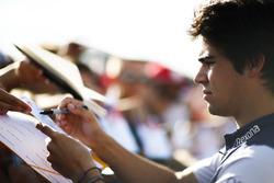 Lance Stroll, Williams Racing, firma un autógrafo para los fanáticos
