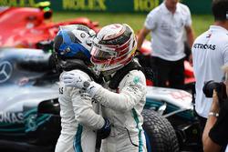 Lewis Hamilton, Mercedes-AMG F1 e Valtteri Bottas, Mercedes-AMG F1, festeggiano nel parco chiuso