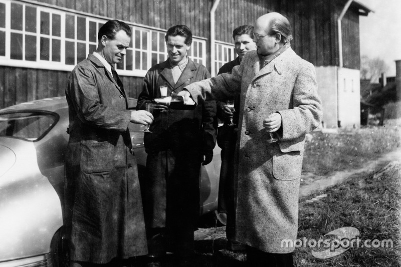 From left to right: Wilhelm Emmerich, then Head of Repair, Hugo Heiner, then Engine Builders, Herbert Linge and Dr. Schneider. Ottomar Domnick on the site of the Reutter body shop in 1950