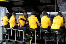 Cyril Abiteboul, directeur général, Renault Sport F1 Team, et le reste de l'équipe sur le muret des stands