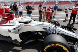 Les fans prennent des photos de la voiture de Marcus Ericsson Sauber C37, sous la supervision de membres de Sauber