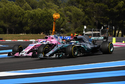 Valtteri Bottas, Mercedes-AMG F1 W09 et Sergio Perez, Force India VJM11 en lutte