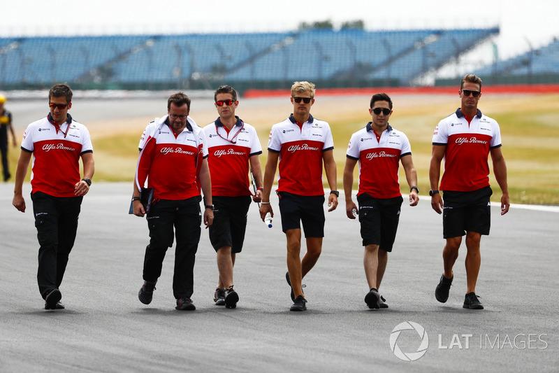 Marcus Ericsson, Sauber, parcourt la piste à pied
