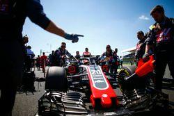 Kevin Magnussen, Haas F1 Team VF-18, arriveert op de grid