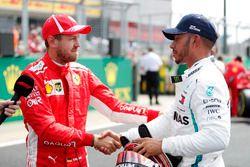 Sebastian Vettel, Ferrari, felicita a Lewis Hamilton, Mercedes AMG F1, después de la calificación
