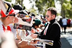 Christian Horner, director del equipo, Red Bull Racing, firma un autógrafo