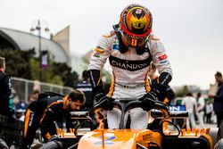 Stoffel Vandoorne, McLaren, klimt op de grid uit zijn auto