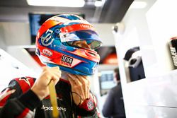Romain Grosjean, Haas F1 Team, se ajusta el casco