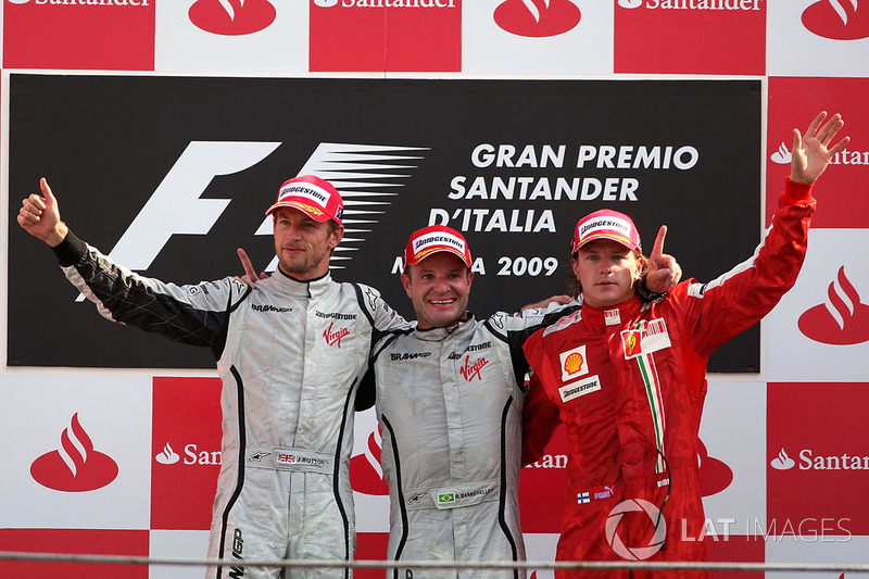 "A festa do pódio, com o ""intruso"" Kimi Raikkonen, da Ferrari"