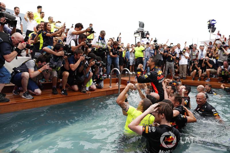 Daniel Ricciardo, Red Bull Racing, celebra la victoria en la piscina de la Red Bull Energy Station con los miembros del equipo, el diseñador Rob Marshall, director de ingeniería, Red Bull Racing