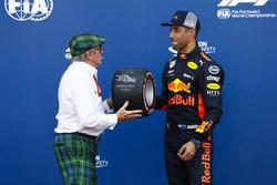 Sir Jackie Stewart presenta a Daniel Ricciardo, Red Bull Racing, con el premio Pirelli pole position