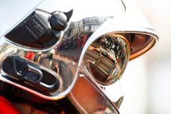 Romain Grosjean, Haas F1 Team VF-18, como se ve en el reflejo de un casco de oficiales