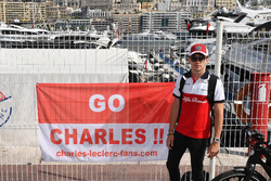 Charles Leclerc, Sauber con una pancarta de u fan