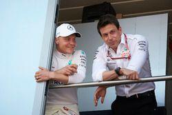 Valtteri Bottas, Mercedes AMG F1, con Toto Wolff, director ejecutivo de Mercedes AMG
