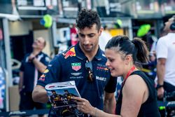 Daniel Ricciardo, Red Bull Racing imza dağıtıyor