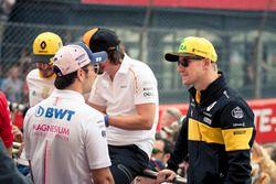 Sergio Perez, Force India y Nico Hulkenberg, Renault Sport F1 Team en el desfile de pilotos