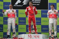 Le vainqueur Felipe Massa, Ferrari, le second Lewis Hamilton, McLaren, le troisième Fernando Alonso, McLaren