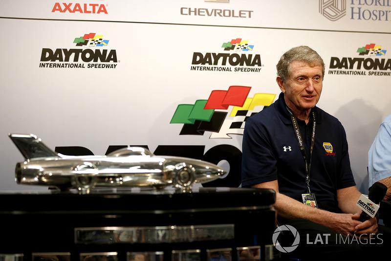Bill Elliott foi o campeão da NASCAR naquele ano