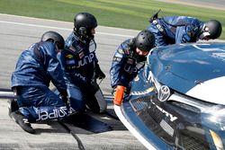 Brandon Jones, Joe Gibbs Racing, Juniper Toyota Camry, pit stop