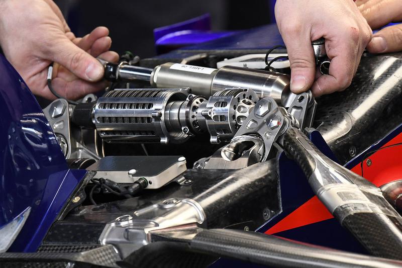 Suspensión delantera del Scuderia Toro Rosso STR13