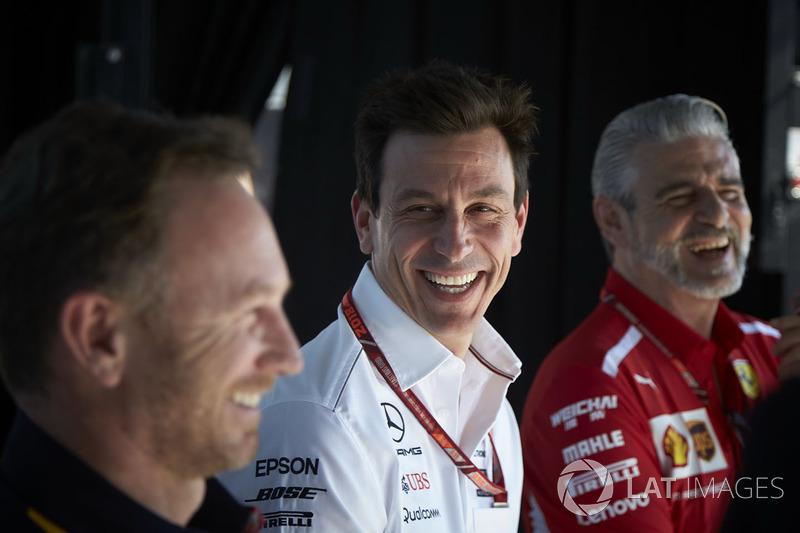 Christian Horner, director del equipo, Red Bull Racing, Toto Wolff, director ejecutivo (negocios), Mercedes AMG, y Maurizio Arrivabene, director del equipo, Ferrari, en el escenario