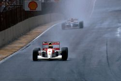 Ayrton Senna, McLaren MP4/8, en tête devant Damon Hill, Williams FW15C