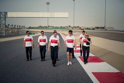 Charles Leclerc, Sauber y Ruth Buscombe Sauber, estratega de carreras recorren la pista