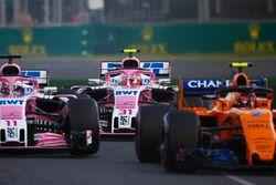 Stoffel Vandoorne, McLaren MCL33 Renault, Sergio Perez, Force India VJM11 Mercedes, en Esteban Ocon,