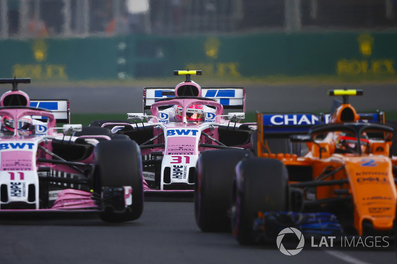 Stoffel Vandoorne, McLaren MCL33 Renault, Sergio Perez, Force India VJM11 Mercedes, y Esteban Ocon, Force India VJM11 Mercedes, at the start