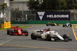 Marcus Ericsson, Sauber C37, Kimi Raikkonen, Ferrari SF-71H