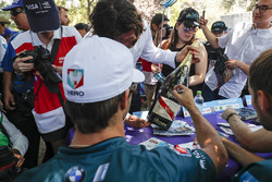 Antonio Felix da Costa, Andretti Formula E Team autografa la bottiglia di Champagne Mumm del vincito