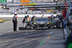 #86 Michael Shank Racing Acura NSX, GTD: Katherine Legge, Alvaro Parente, Trent Hindman, A.J. Allmendinger pit stop