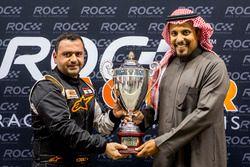 Mansour Chebli, ontvangt de trofee uit handen van prins Khaled Al Faisal, president van de Motor Fed