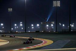 Pierre Gasly, Toro Rosso STR13 Honda, devant Kevin Magnussen, Haas F1 Team VF-18 Ferrari, et Esteban Ocon, Force India VJM11 Mercedes