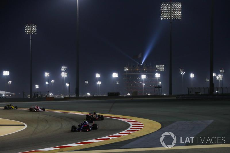 Pierre Gasly, Toro Rosso STR13 Honda, Kevin Magnussen, Haas F1 Team VF-18 Ferrari, y Esteban Ocon, Force India VJM11 Mercedes