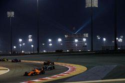 Fernando Alonso, McLaren MCL33 Renault, devant Lewis Hamilton, Mercedes AMG F1 W09, et Max Verstappen, Red Bull Racing RB14 Tag Heuer