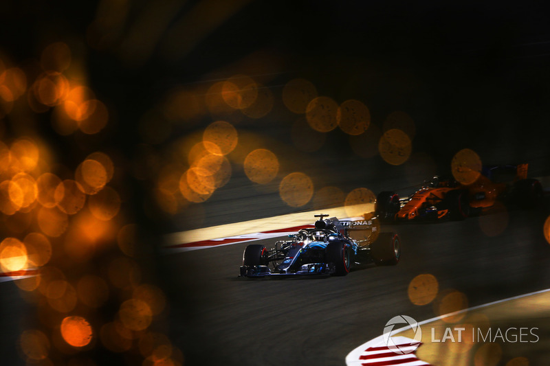 Lewis Hamilton, Mercedes AMG F1 W09 y Stoffel Vandoorne, McLaren MCL33 Renault